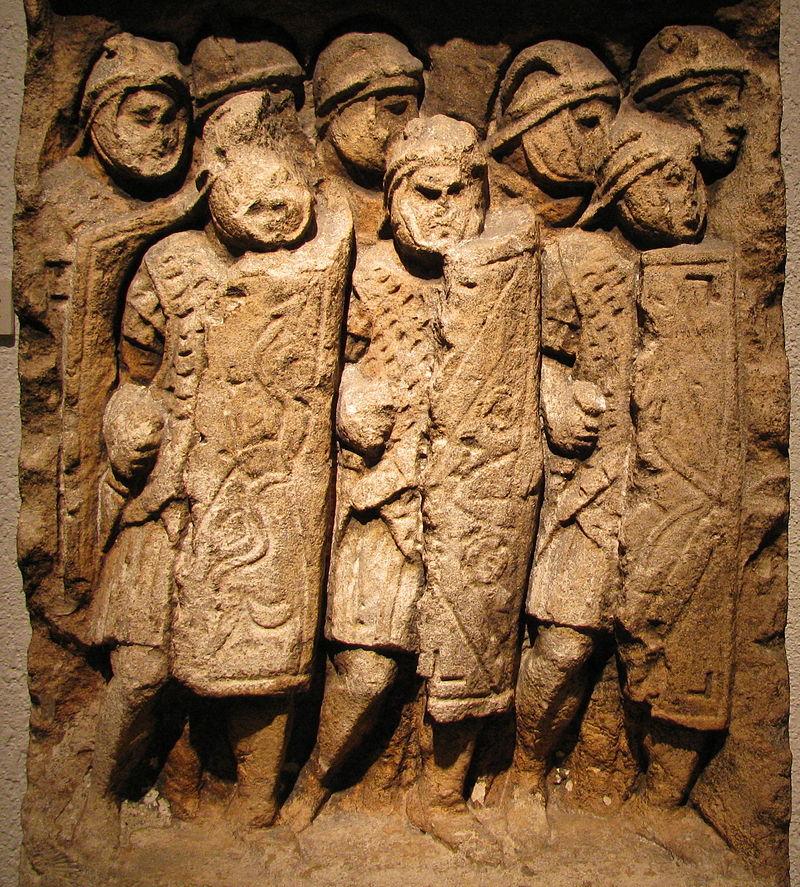 Stèle trouvée à Glanum, groupe de légionnaires en formation - Exposé au musée gallo-romain de Fourvière - Lyon